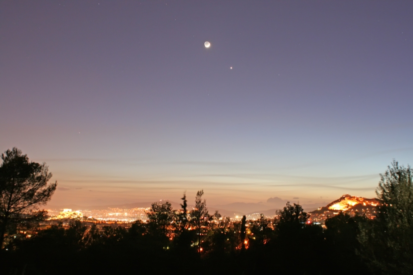 La luna terreste y Venus en cielo griego. Imagen tomada: / Earth's moon and Venus over Greece. Image from: greeksky.gr