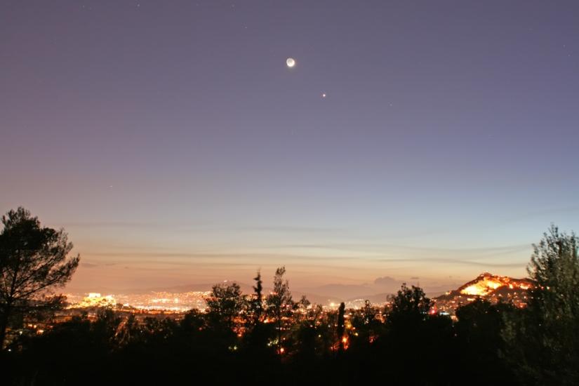 La luna terreste y Venus en cielo griego. Imagen tomada: / Earth's moon and Venus over Greece. Image from: greeksky.gr