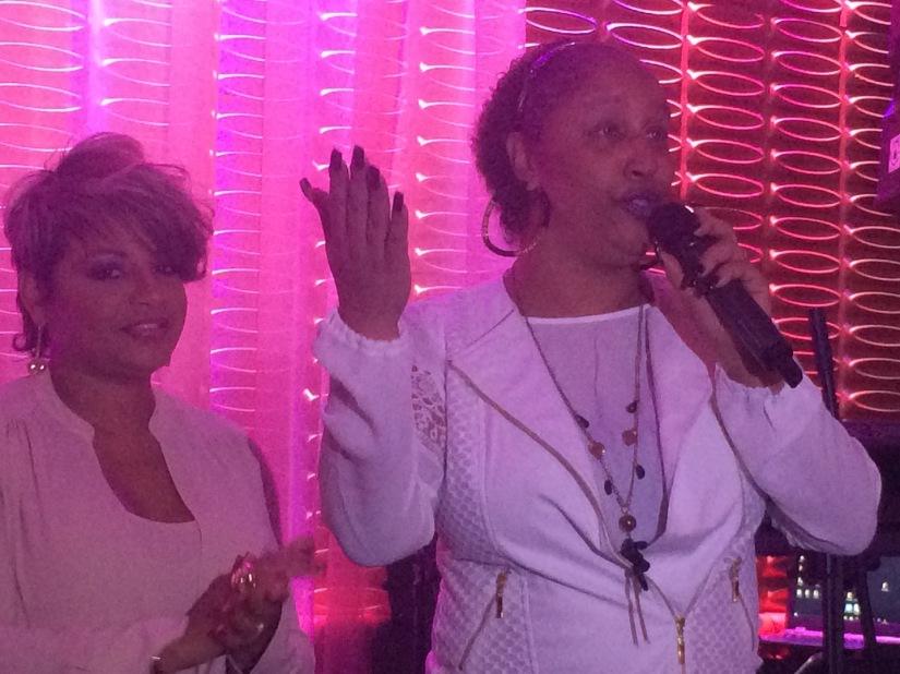 Krailes Flores, directora de Extensiones para el alma, acompaña a una de las beneficiadas del programa Pink Change, Ana Cynthia Ávila.