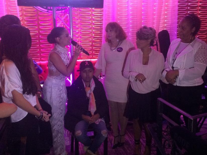 Diana Victoria, maestra de ceremonia, pronunció los nombres de las beneficiadas de la noche. Johendy Peralta (sentada), María Isabel Santana (parada, izquierda), Krailes Flores (parada, centro), Ana Cynthia Ávila (parada, derecha) le acompañan en tarima.