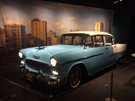 Un Chevrolet Bel Air de 1955 abre paso al boulevard cubano dentro de la exposición.