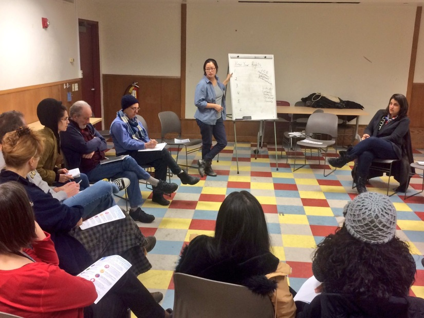 Tereza Lee, pionera del movimiento DACA, lideró una lluvia de ideas para apoyar a los inmigrantes del Alto Manhattan en el taller del 8 de enero de 2017.