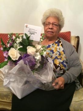 Mamá posa junto a las flores que le mandó su sobrino Juan Carlos por su día de cumpleaños. Pocos días después viajó a Rep. Dom., donde le diagnosticaron el tumor. 2 de noviembre de 2015.